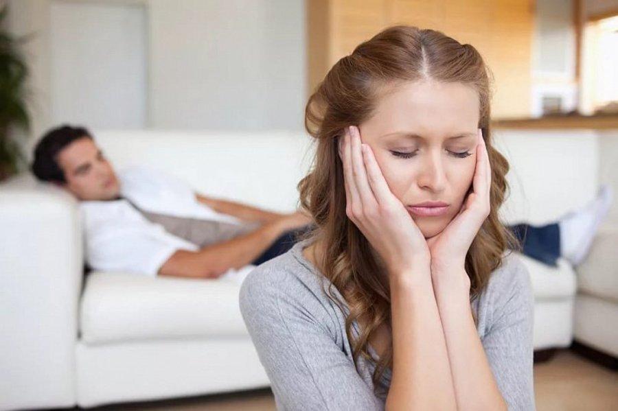 Муж смотрит как его жену имеет парень на диване